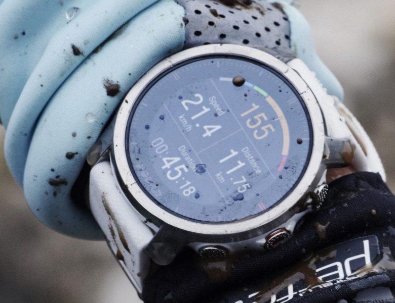 Cette montre multisports d'extérieur a un affichage permanent