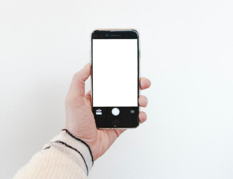 Utilisez l'écran de votre téléphone comme flash pour cliquer sur Selfies lumineux dans l'obscurité – Gadgets à utiliser